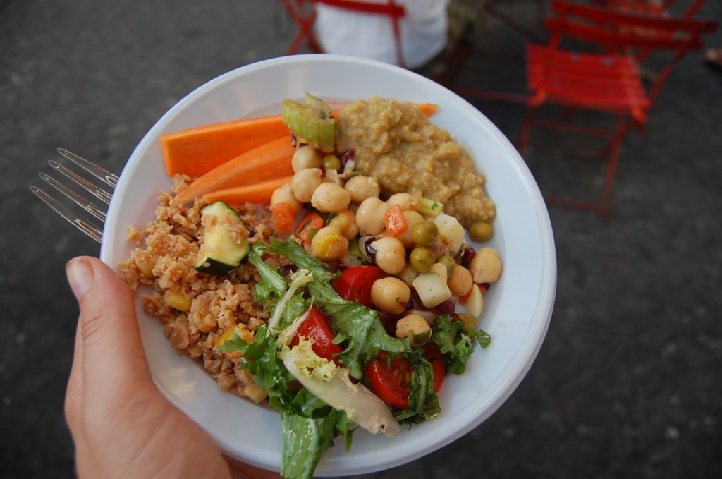 plate with vegetables, chick peans and vegetarian dips from Freni e Frizioni