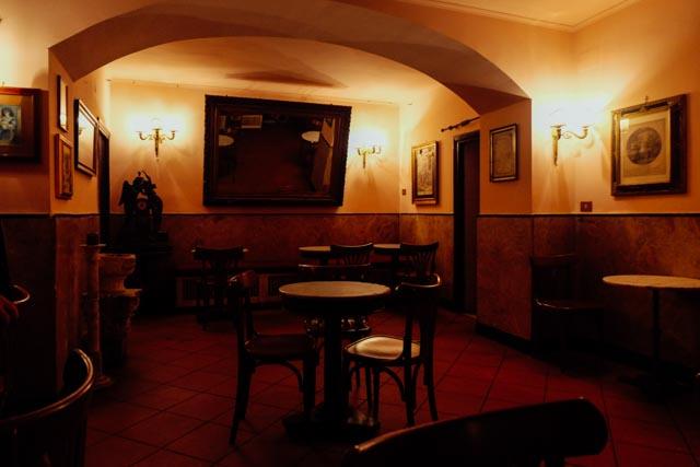 Inside bar della pace