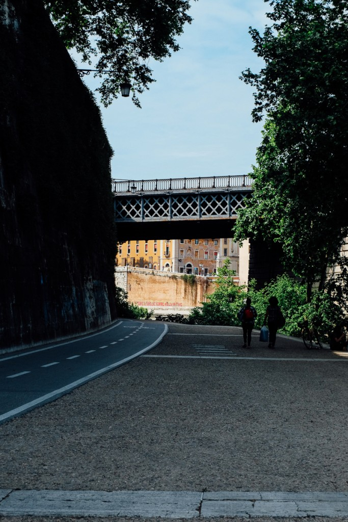 rome tiber walkway