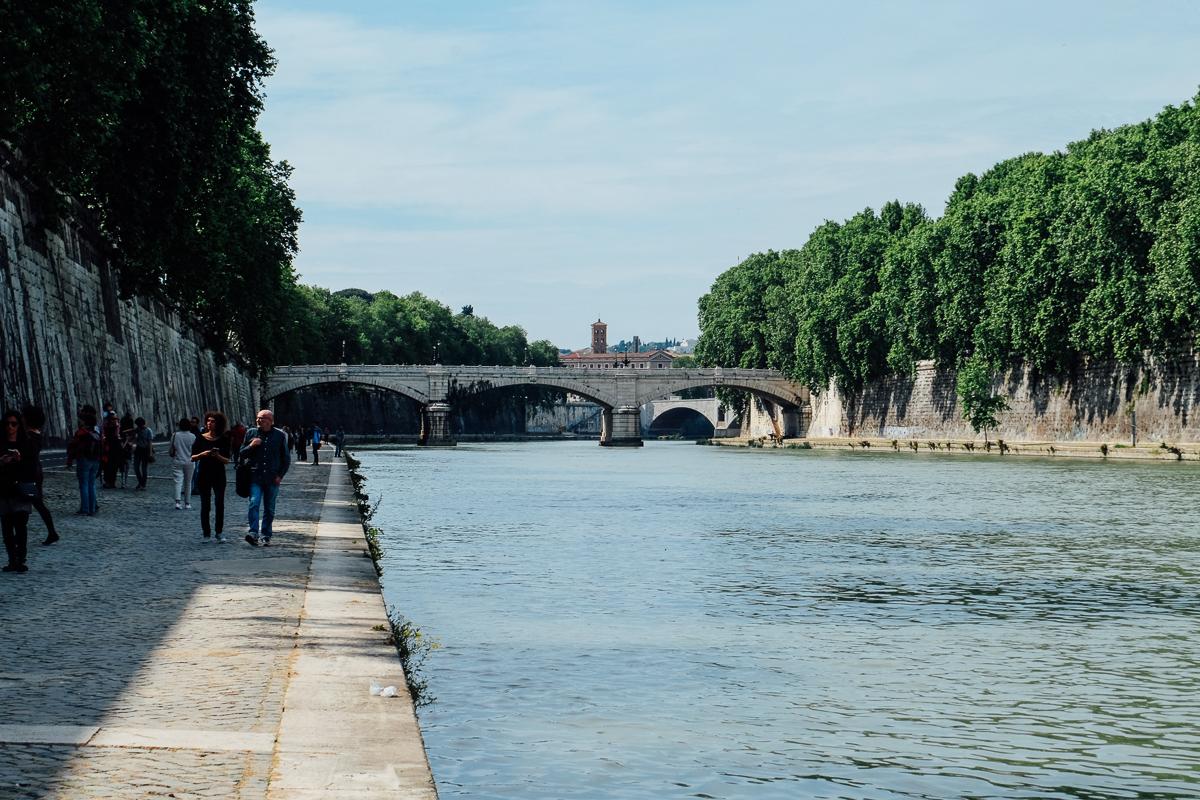 Walking Along Rome S Tiber River An American In Rome