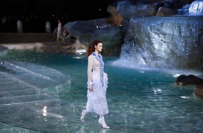 fend fashion at the trevi fountain