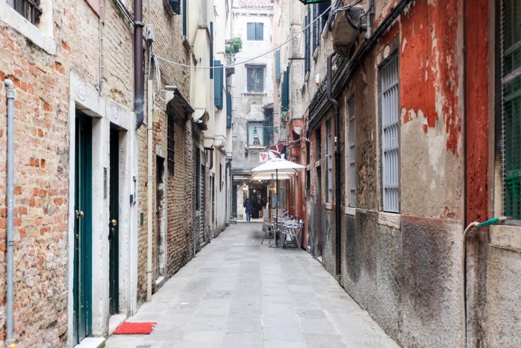 Street near the Rialto Bridge where Caffè del Doge is located in Venice